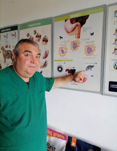 Д-р Здравко Димитров показва постер насочен към диабета при домашните любимци