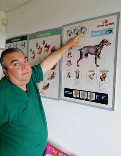 Д-р Здравко Димитров показва постер, насочен към доброто здраве на животните