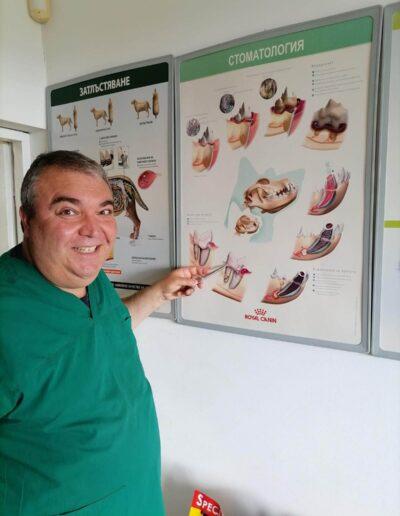 Д-р Здравко Димитров показва постер насочен към стоматологията при домашните любимци
